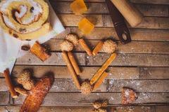 Las galletas se apelmazan en la D de la tarjeta del día de San Valentín en forma de corazón rústica del tablero marrón Imagenes de archivo