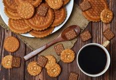 Las galletas y el café están en la tabla Imágenes de archivo libres de regalías