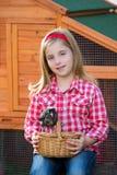 Las gallinas del criador embroman al granjero del ranchero de la muchacha con los polluelos en gallinero de pollo fotografía de archivo libre de regalías