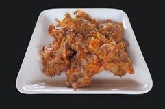las gambas Talud-fritas, camarón frieron en el talud, Tempura en estilo tailandés, plato blanco Fotos de archivo libres de regalías