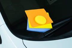 Las gamuzas de los limpiadores muchos colorean el paño y la cera de la esponja con el coche limpio Fotografía de archivo