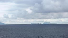 Las gaviotas comunes que vuelan en el mediterráneo ven con la islade Capri de Nápoles almacen de metraje de vídeo