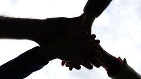 Las generaciones de diversos crecimientos pusieron sus palmas juntas como muestra de la unidad