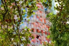 Las glorias de Torre, conocidas antes como Torre Agbar visto entre los árboles en Barcelona, España imágenes de archivo libres de regalías