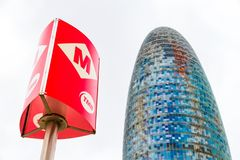 Las glorias de Torre, conocidas antes como Torre Agbar y un poste subterráneo en Barcelona, España fotos de archivo