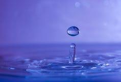 Las gotas abstractas del agua se cierran para arriba Foto de archivo