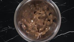 Las gotas de chocolate est?n derritiendo en tiempo real en el cuenco del hierro, haciendo de desiertos del chocolate y los dulces metrajes