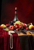 Las gotas de la perla todavía mienten al borde de la tabla, de la vida clásica del holandés con la botella polvorienta de vino y  Foto de archivo libre de regalías
