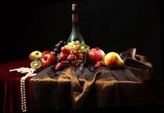 Las gotas de la perla todavía mienten al borde de la tabla, de la vida clásica del holandés con la botella polvorienta de vino y  Foto de archivo