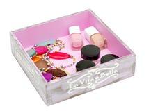 Las gotas y el esmalte de uñas están en la caja Imagen de archivo libre de regalías