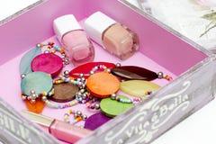 Las gotas y el esmalte de uñas están en la caja Fotos de archivo