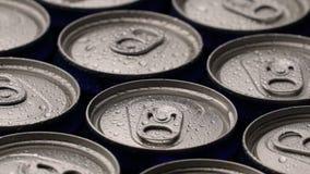 Las gotitas de agua de la cantidad encendido pueden de soda o de cerveza girar el fondo metrajes