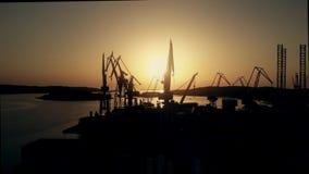 Las grúas del astillero y el mar se abrigan por la tarde metrajes
