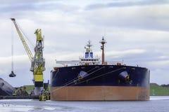 Las grúas está descargando al carguero de graneles Martine Fotos de archivo libres de regalías