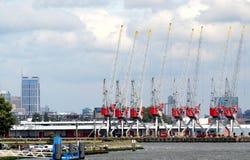 Las grúas están funcionando en el puerto de Rotterdam Foto de archivo libre de regalías