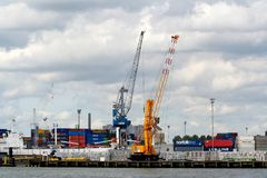 Las grúas están funcionando en el puerto de Rotterdam Fotos de archivo