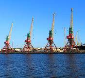 Las grúas porta en el comercio de mar de Kaliningrado viran hacia el lado de babor Fotografía de archivo libre de regalías