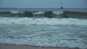 Las grandes ondas del mar del sur de China en Dadonghai varan en el vídeo de la cantidad de la acción de la madrugada almacen de metraje de vídeo