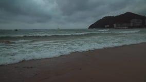 Las grandes ondas del mar del sur de China en Dadonghai varan en el vídeo de la cantidad de la acción de la madrugada metrajes