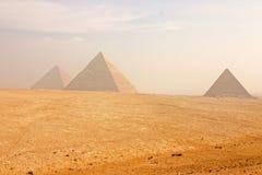 Las grandes pirámides de Giza Imagen de archivo libre de regalías