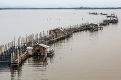 Las granjas de pescados, jaulas de los pescados en el estuario Laem cantan imagen de archivo libre de regalías