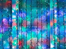 Las guirnaldas al aire libre de la Navidad adornan la ventana Fotos de archivo