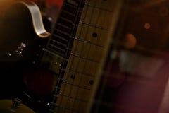Las guitarras alineadas cerca para arriba con la luz se escapan efecto imagenes de archivo