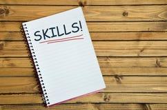 Las habilidades redactan en el cuaderno imagen de archivo