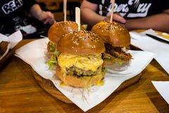 Las hamburguesas del bollo del sésamo llenaron de la carne de vaca de Wagyu y del cangrejo suave de la cáscara Imagen de archivo