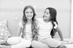 Las hermanas de las muchachas pasan tiempo agradable para comunicar en dormitorio Hermanas m?s viejas o un factor principal m?s j fotografía de archivo libre de regalías