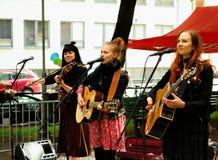 Las hermanas del país del hierro viven en la fiesta de barrio de Kallio Imagen de archivo