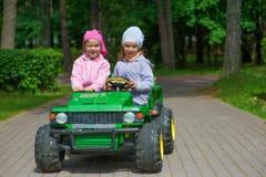 Las hermanas divertidas van a poco verde imagen de archivo
