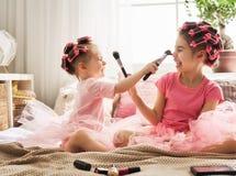 Las hermanas están haciendo el pelo y se están divirtiendo foto de archivo libre de regalías