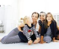 Las hermanas maduras hermanan en casa con la pequeña hija, familia feliz Fotos de archivo