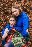 las hermanas rubias hermosas hermanan en el bosque del otoño Fotografía de archivo