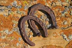 Las herraduras oxidadas en liquen cubrieron la piedra arenisca Fotografía de archivo libre de regalías