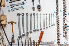 Las herramientas arreglaron sistemáticamente en una pared imagen de archivo