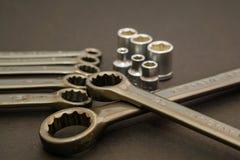 Las herramientas de acero de la llave para la reparación y la estructura en la composición foto de archivo