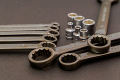 Las herramientas de acero de la llave para la reparación y la estructura en la composición fotos de archivo