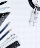 Las herramientas de dibujo en el cuaderno blanco cubren en la caja Foto de archivo