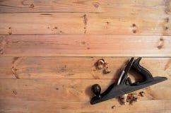 Las herramientas de la carpintería - dé las virutas planas y de madera fotos de archivo libres de regalías