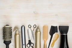 Las herramientas de la peluquería en fondo de madera con la copia espacian en la parte superior Fotos de archivo libres de regalías
