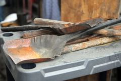 Las herramientas de la tienda de Balcksmith traspalan foto de archivo