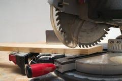 Las herramientas del carpintero en la tabla de madera con el serrín circular vieron Fotografía de archivo libre de regalías