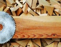 Las herramientas del carpintero en la tabla de madera con el serrín circular vieron Opinión superior del lugar de trabajo del car Fotos de archivo