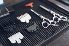Las herramientas del peluquero en la barbería del ` s de los hombres Imágenes de archivo libres de regalías