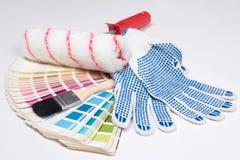 Las herramientas del pintor - cepillos, guantes del trabajo y paleta colorida encima imagen de archivo libre de regalías
