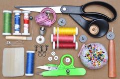 Las herramientas del sastre del equipo de costura Imágenes de archivo libres de regalías
