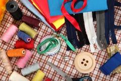 Las herramientas del sastre en fondo brillante Foto de archivo libre de regalías