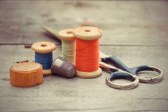Las herramientas del sastre - las tijeras viejas, carretes del hilo, centim de la cinta foto de archivo libre de regalías